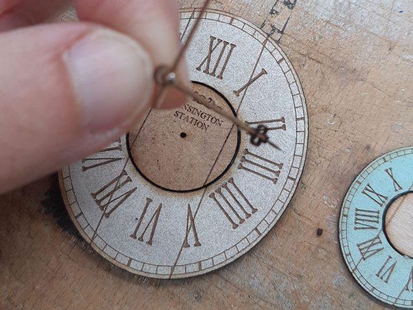 Kit de un reloj de pared realizado en madera